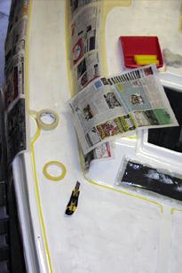 Abkleben mit Zeitungspapier am Boot